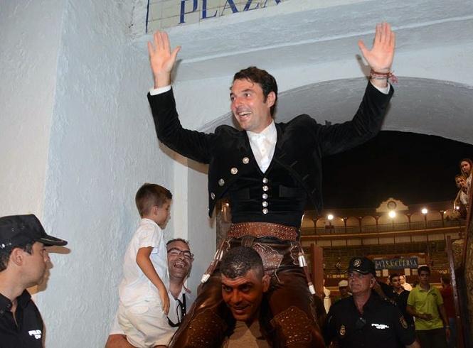 Andy Cartagena, puerta grande de tres orejas