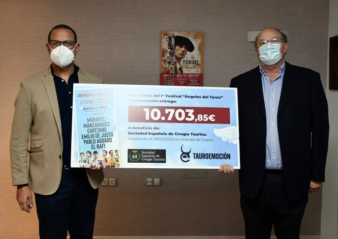 Tauroemoción entrega 10.703 euros a los cirujanos